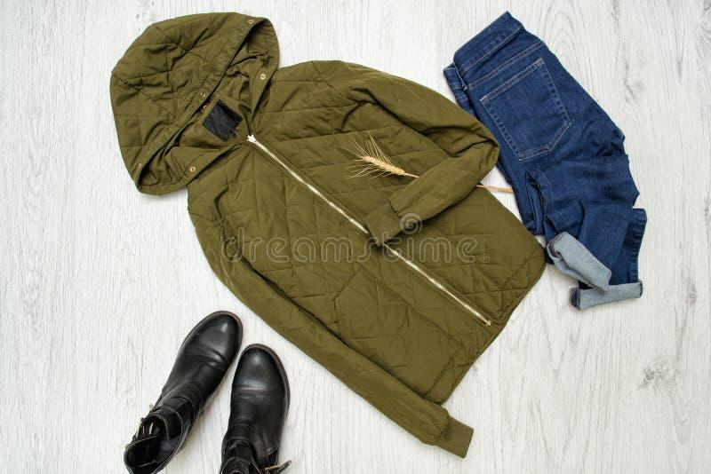 modieus concept Kaki jasje met kap en jeans stock foto's