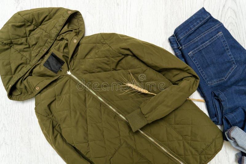 modieus concept Kaki jasje met kap en jeans royalty-vrije stock fotografie