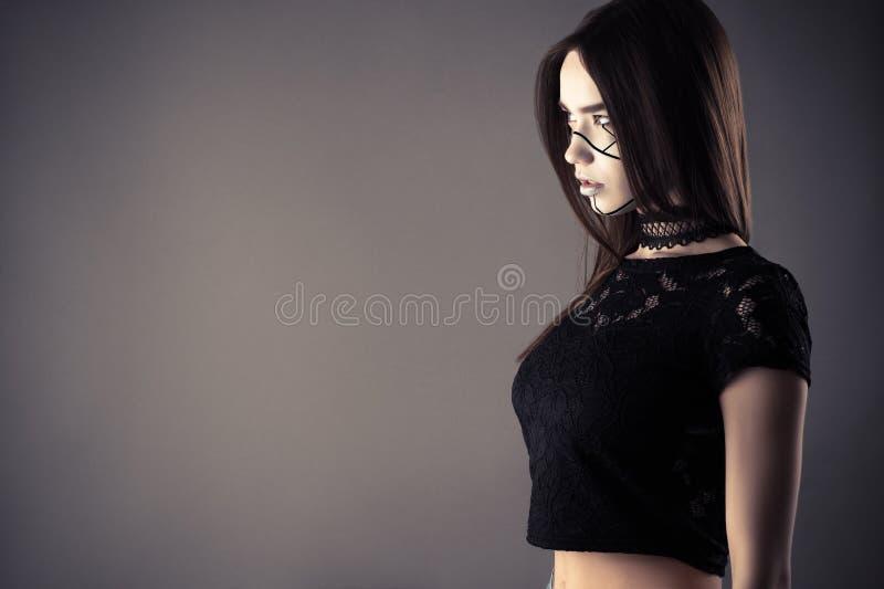 Modieus cyberpunkmeisje met kantnauwsluitende halsketting stock afbeelding