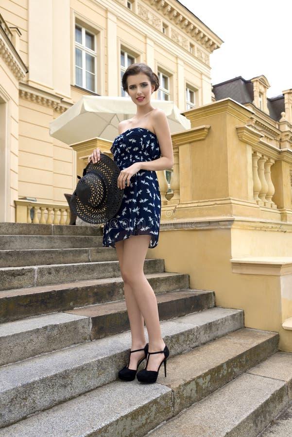 Modieus elegant meisje in openlucht de zomerspruit royalty-vrije stock afbeeldingen