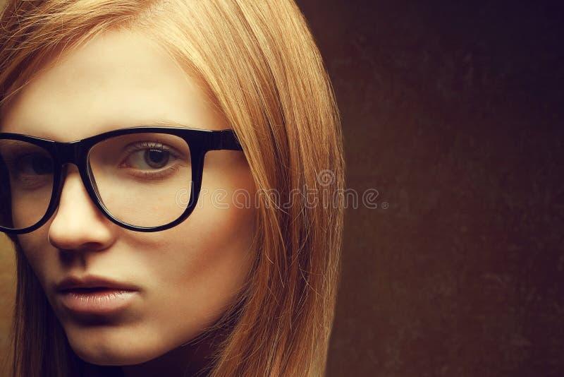 Modieus eyewear concept Portret van een jong mooi rood-haire-rood royalty-vrije stock afbeeldingen