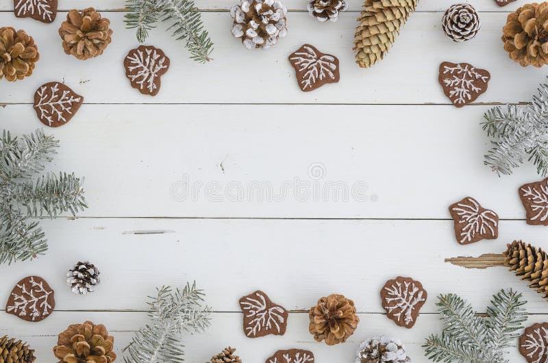 Modieus feestelijk en comfortabel Nieuw jaar, Kerstmis, vrolijk Kerstmiskader van pijnboom, spar, takken en kegels, smakelijke zo stock afbeeldingen