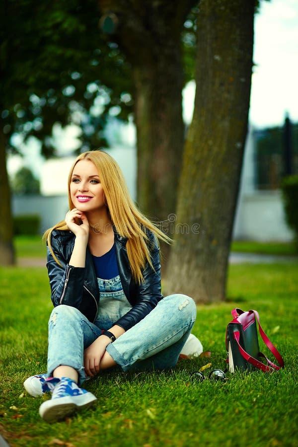 Modieus glimlachend meisje in toevallige doek in het stadspark stock foto's