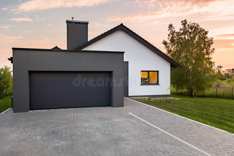 Modieus huis met garage royalty-vrije stock fotografie