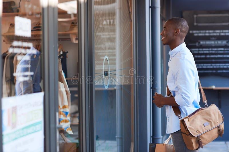 Modieus jong Afrikaans mensen uit venster die in de stad winkelen stock afbeeldingen