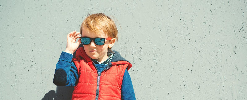 Modieus jong geitje in in zonnebril jonge geitjes manier Leuk weinig blon royalty-vrije stock foto