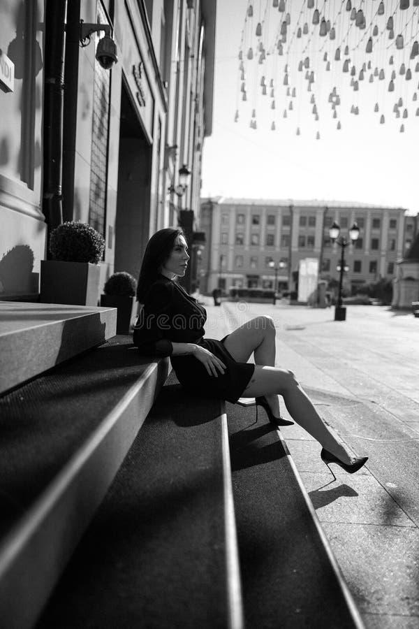 Modieus jong model in ontwerpkleren Muurkoning op de straat stock foto's