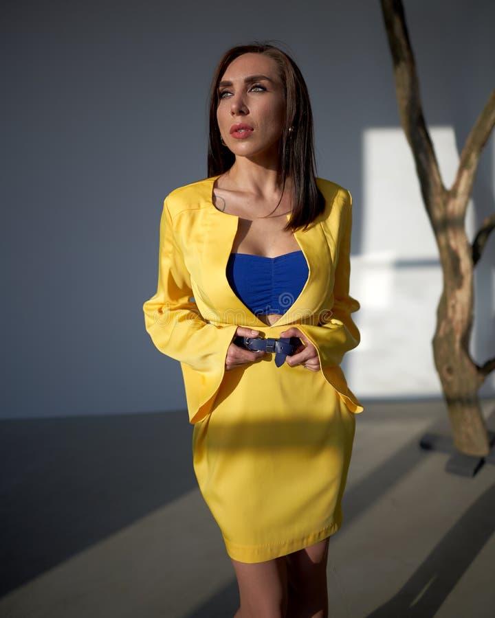 Modieus jong model in ontwerpkleren Sluit omhoog royalty-vrije stock fotografie