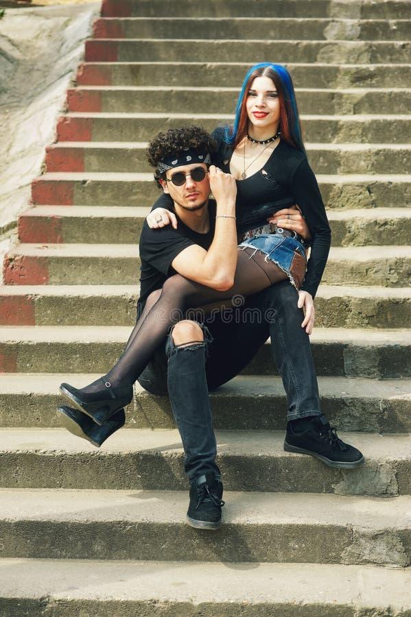 Modieus modieus jong paar in de stad stock afbeelding