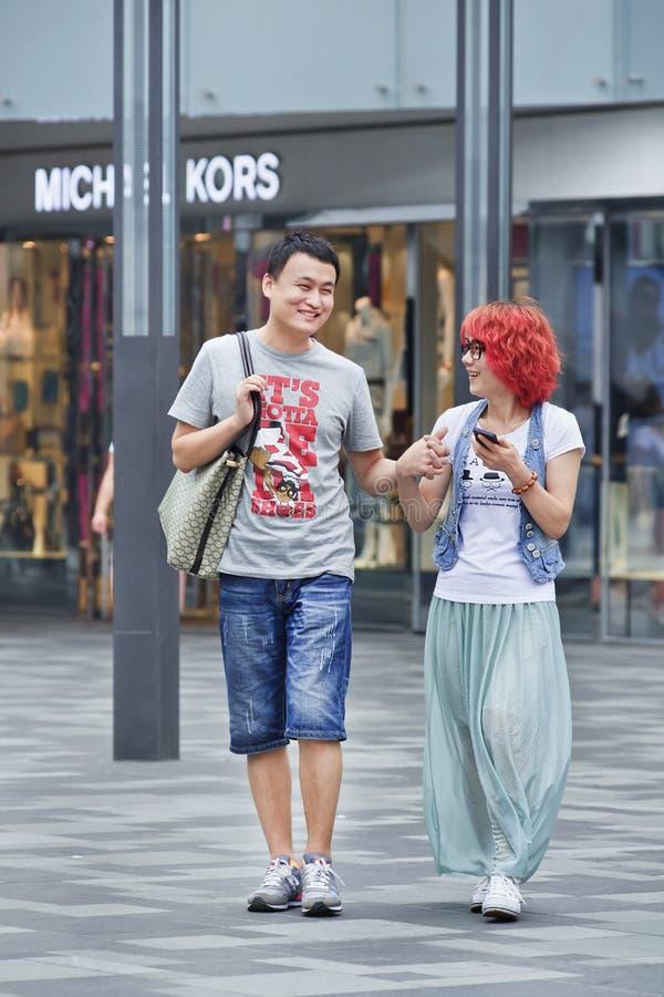 Modieus jong paar op het winkelen gebied, Peking, China stock afbeeldingen