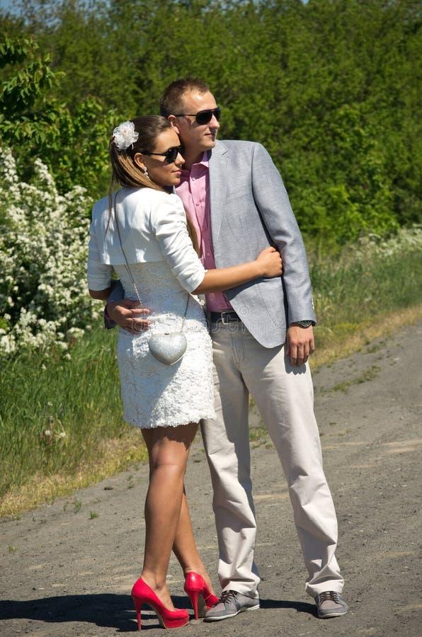 Modieus jong paar in platteland royalty-vrije stock foto