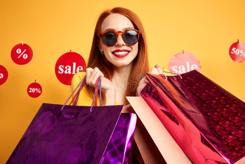 Modieus jong shopaholic meisje die het winkelen doen royalty-vrije stock foto