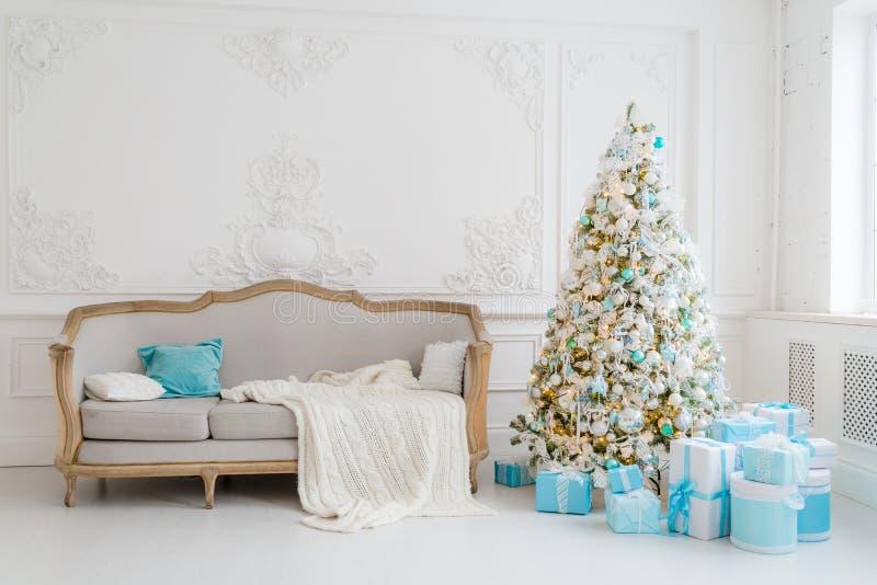 Modieus Kerstmisbinnenland Met Een Elegante Bank Comforthuis Stelt ...