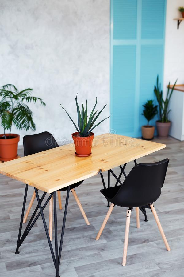 Modieus keukenbinnenland met eettafel en stoelen royalty-vrije stock afbeeldingen