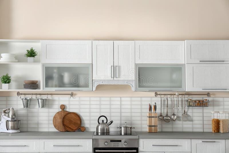 Modieus keukenbinnenland met nieuw meubilair stock fotografie