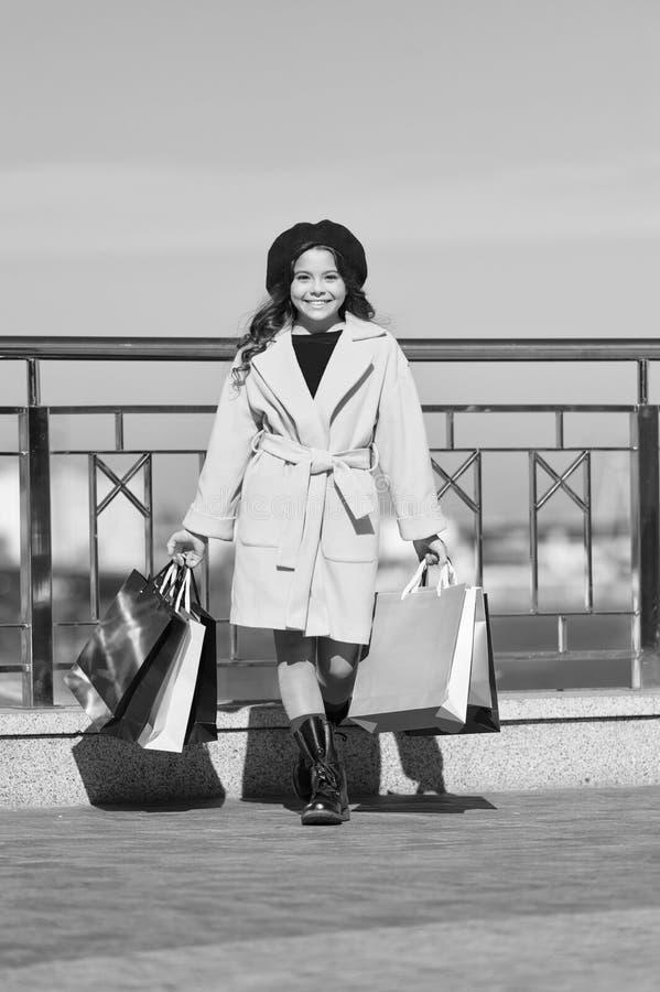 Modieus kind in Franse baret en dalingslaag De herfsttendens Het winkelen dag Gelukkig meisje Meisje met het winkelen royalty-vrije stock afbeeldingen