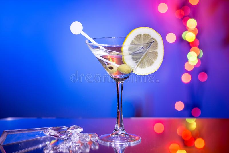 Modieus martini-glas met bokehachtergrond stock foto's