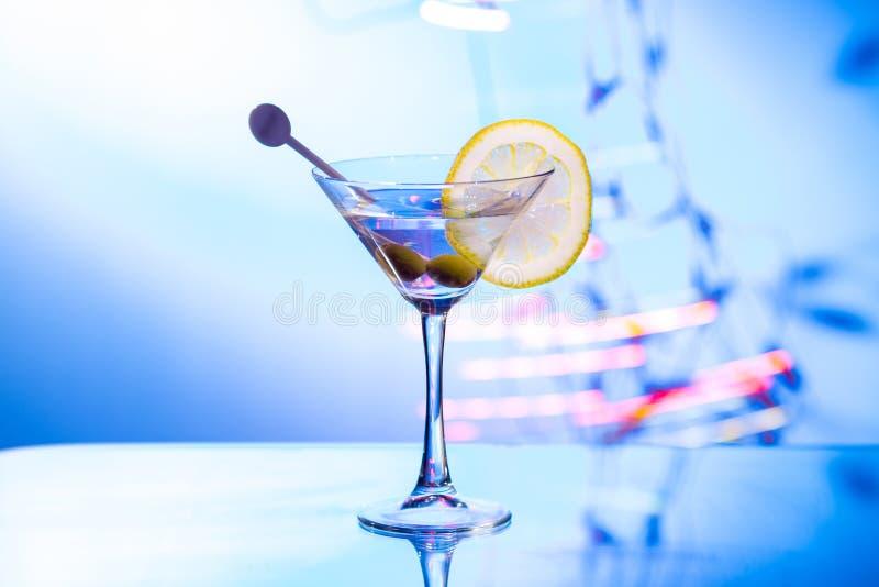 Modieus martini-glas met bokehachtergrond royalty-vrije stock afbeeldingen