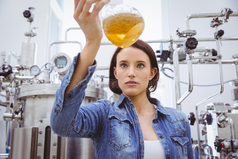 Modieus meisje in de holdingsbeker van het denimjasje bier stock afbeeldingen