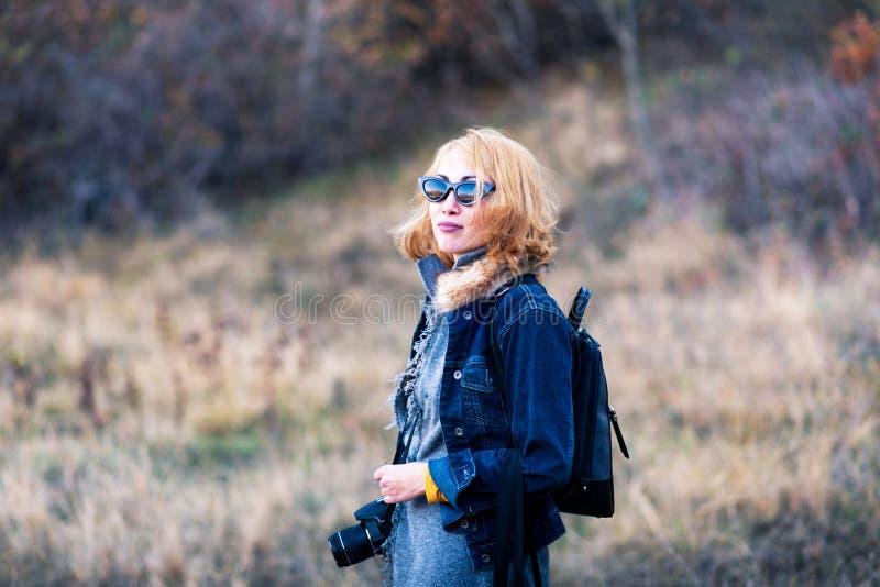Modieus meisje die foto's op een wandelingsreis nemen stock fotografie