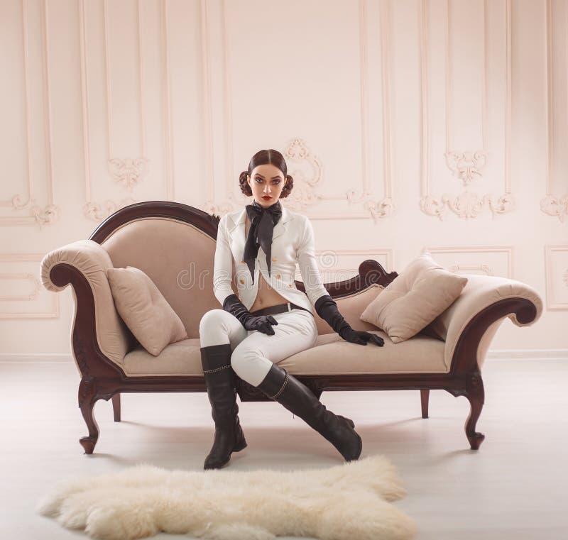 Modieus meisje in een kostuumruiter royalty-vrije stock afbeelding