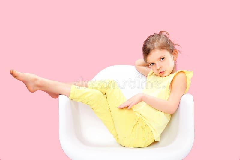 Modieus meisje in geel n-roze royalty-vrije stock afbeeldingen