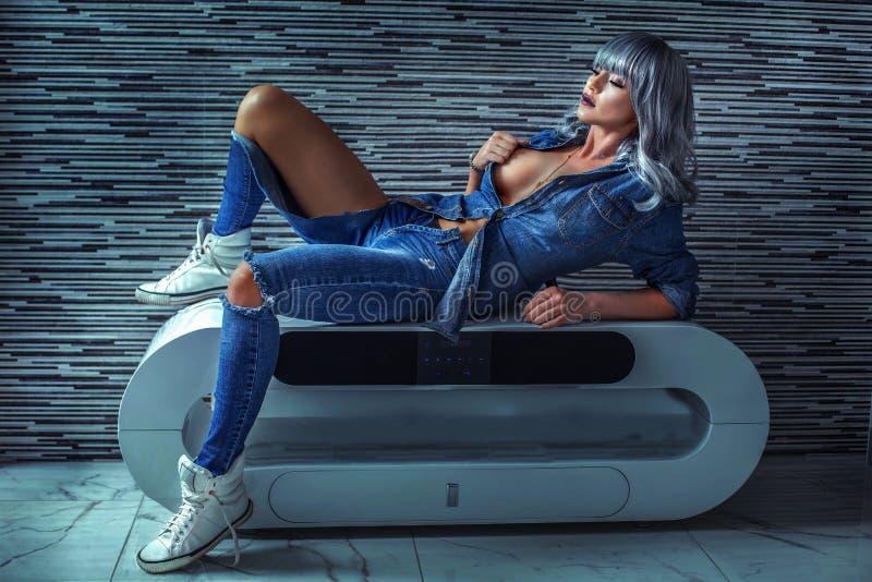 Modieus meisje in jeans royalty-vrije stock fotografie
