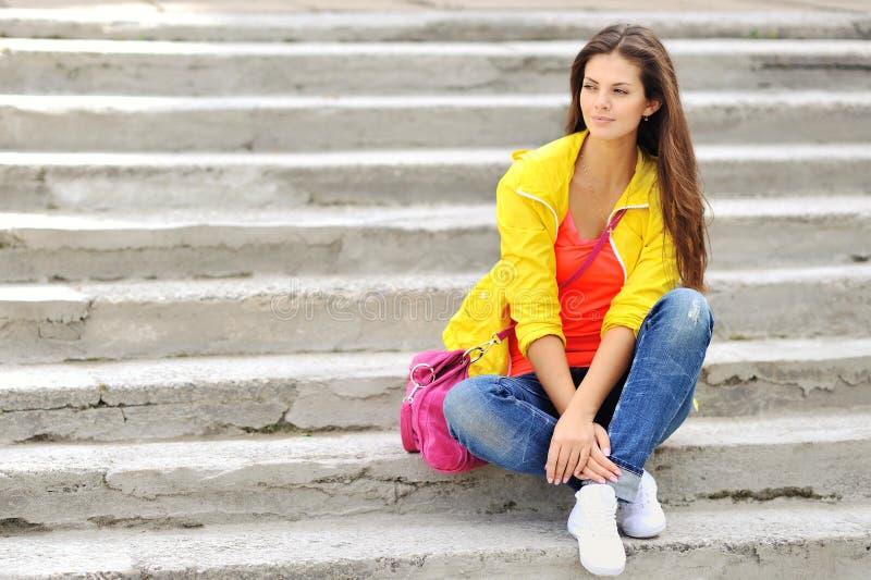 Modieus meisje in kleurrijke kleren openlucht stock fotografie