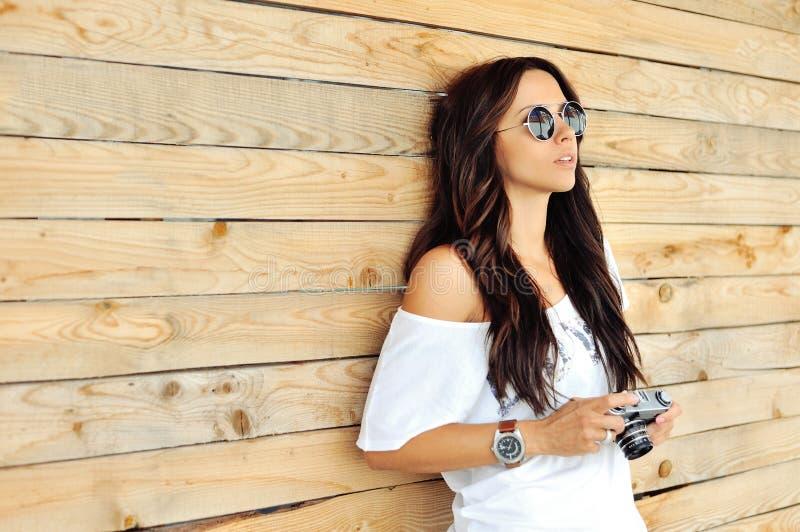 Modieus meisje met oude camera royalty-vrije stock fotografie
