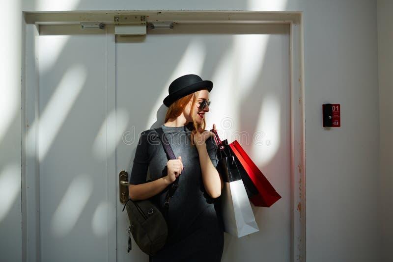 Modieus meisje na het winkelen stock afbeeldingen