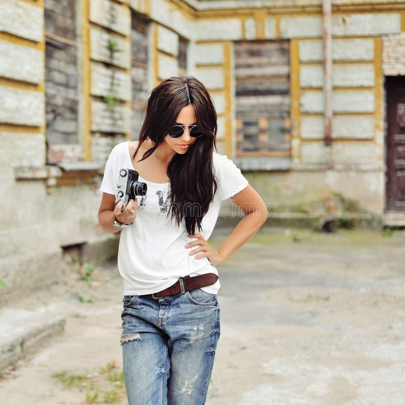 Modieus modieus meisje met oude camera die zonnebril dragen en royalty-vrije stock foto's