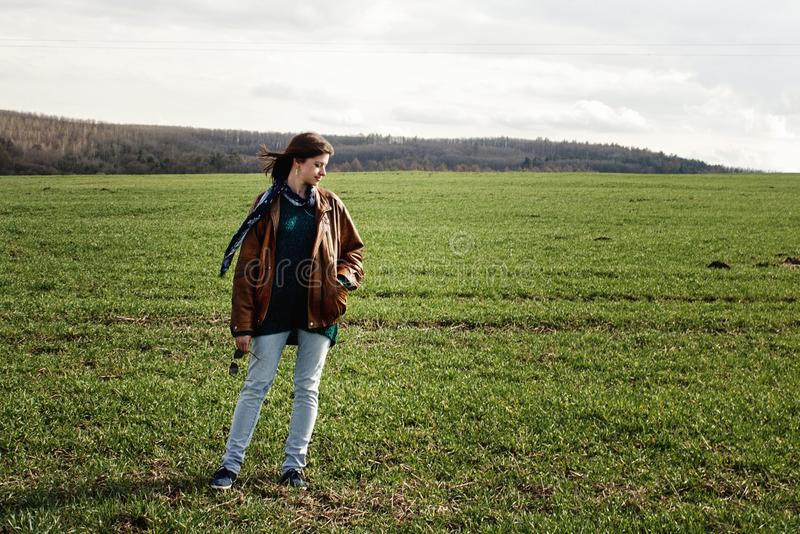 Modieus mooi donkerbruin meisje die hipster in openlucht in spri stellen royalty-vrije stock afbeeldingen