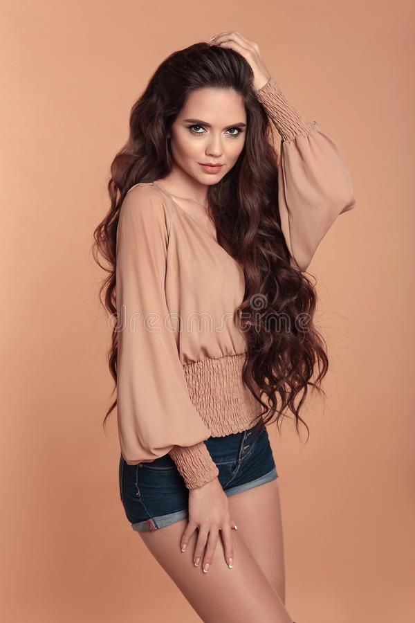 Modieus mooi meisje die blouse met lange kokers dragen en royalty-vrije stock foto's