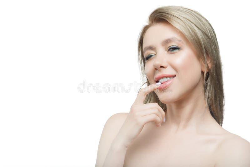 Modieus mooi meisje die met stromend haar camera met blije gelukkige gelaatsuitdrukking bekijken stock foto's