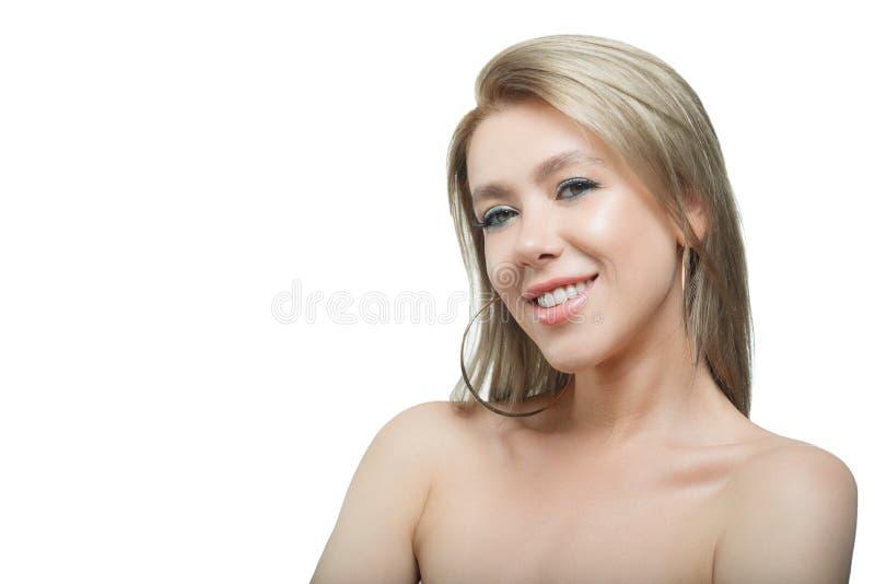 Modieus mooi meisje die met stromend haar camera met blije gelukkige gelaatsuitdrukking bekijken royalty-vrije stock afbeelding