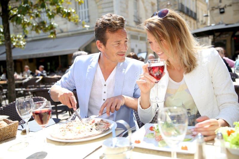 Modieus paar die lunch in openlucht eten royalty-vrije stock fotografie