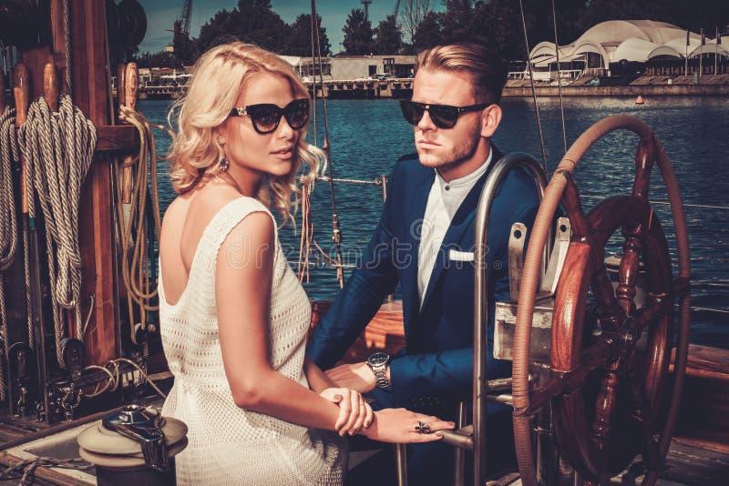 Modieus paar op een jacht royalty-vrije stock afbeeldingen