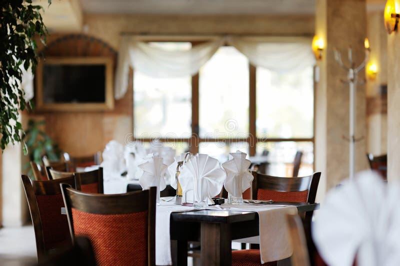 Modieus restaurantbinnenland stock afbeelding