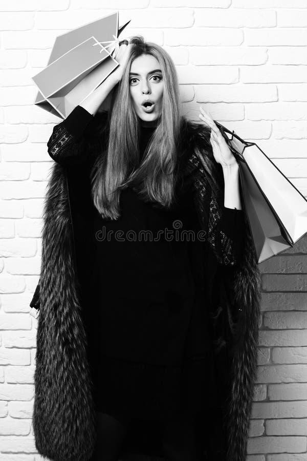 Modieus sexy mooi vrouw of meisje met mooi blondehaar in taillelaag van het bont van Bourgondië met zwarte kleding en royalty-vrije stock foto