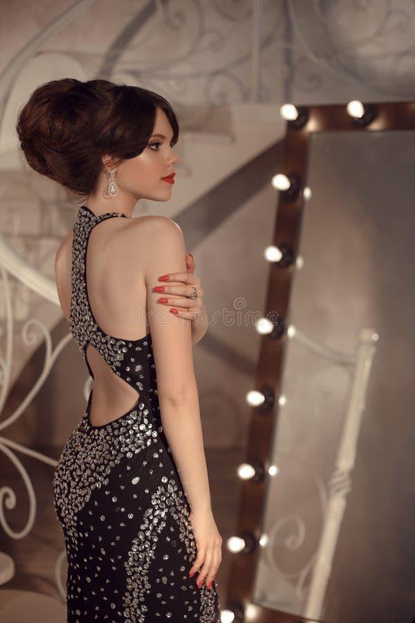 Modieus tienermeisje op prompartij Brunette met elegante haren royalty-vrije stock foto