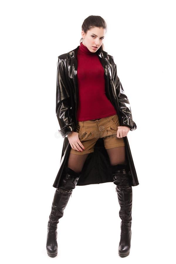 Modieus toevallig meisje in een zwarte stock afbeeldingen