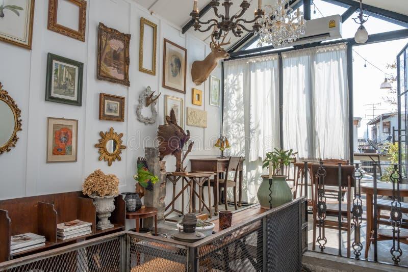 Modieus uitstekend meubilair in een ruim vlak binnenland met houten stoelen en kader op de muur royalty-vrije stock foto