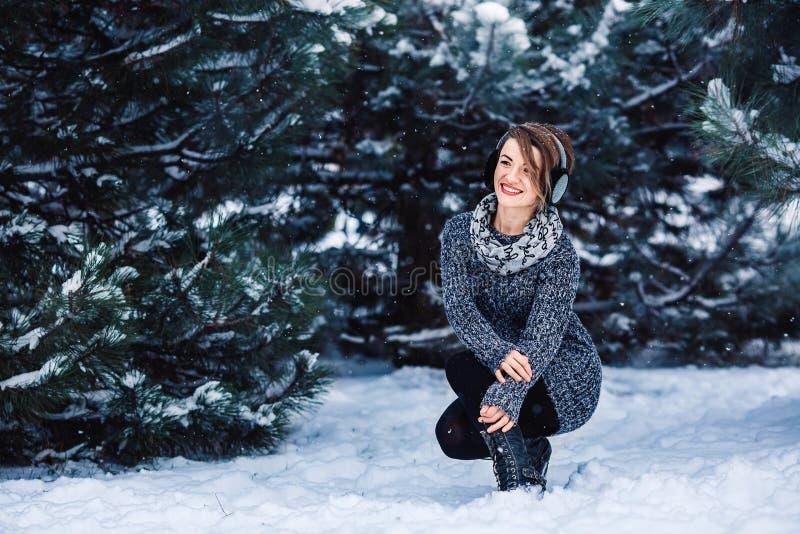 Modieus vrolijk meisje in een sweater in het de winterbos royalty-vrije stock foto