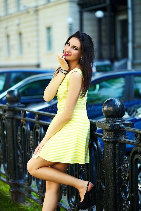 Modieus vrouwenmeisje in toevallige gele kleding royalty-vrije stock foto's