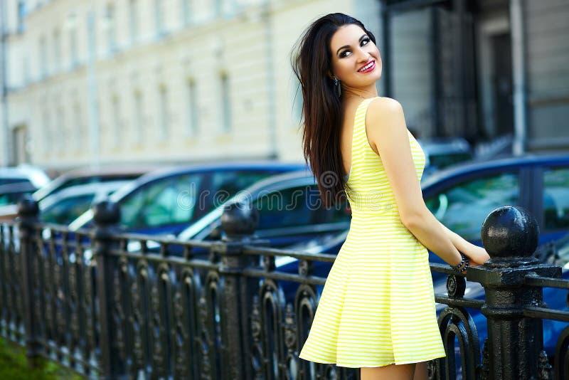 Modieus vrouwenmeisje in toevallige gele kleding stock foto's