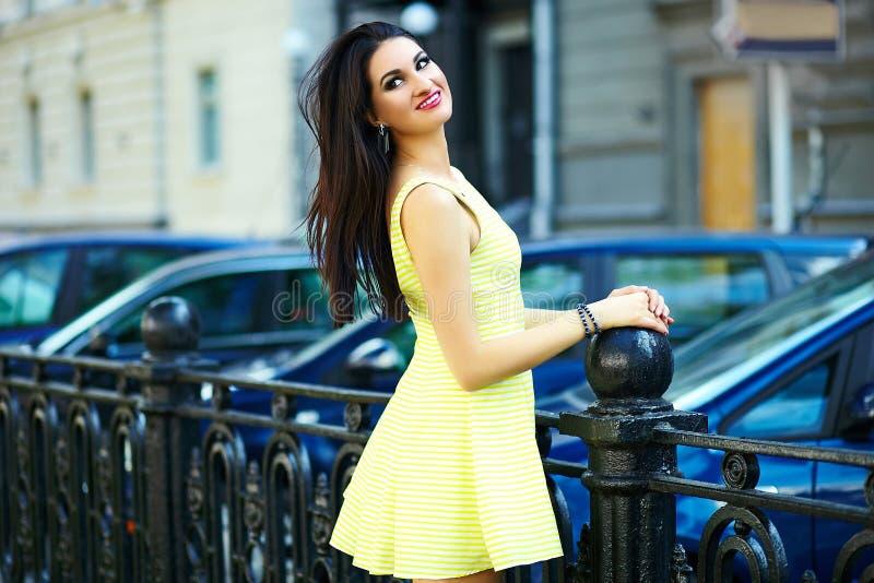 Modieus vrouwenmeisje in toevallige gele kleding stock afbeeldingen