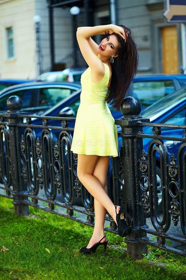 Modieus vrouwenmeisje in toevallige gele kleding royalty-vrije stock foto