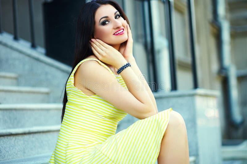 Modieus vrouwenmeisje in toevallige gele kleding royalty-vrije stock fotografie