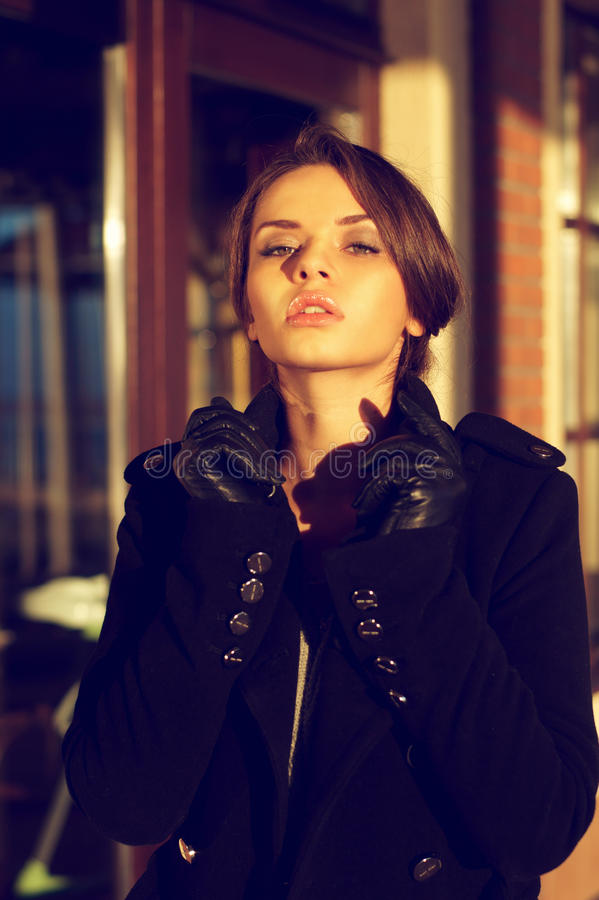 Modieus vrouwenportret stock afbeelding