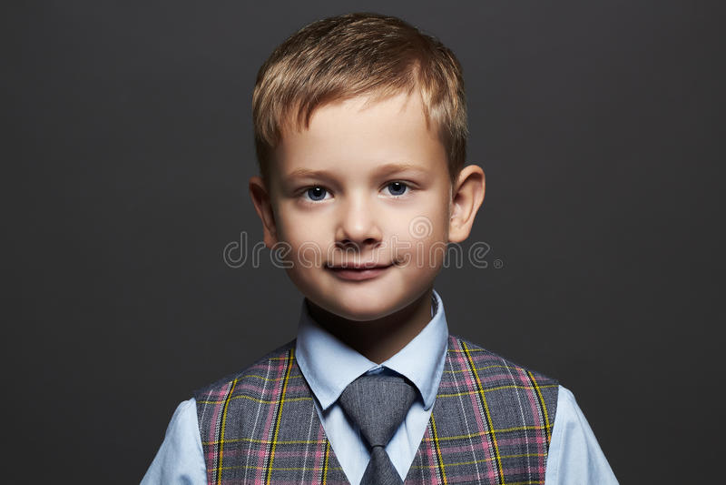 modieus weinig jongen glimlachend grappig kind in kostuum en band royalty-vrije stock afbeelding
